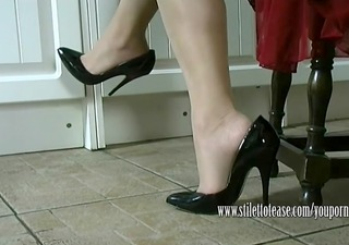 hawt housewife dangles her stilettos and teases