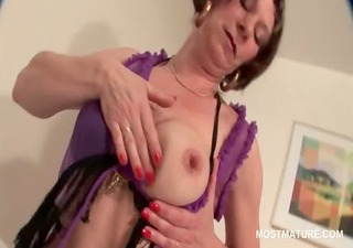 older sexy babe touching her scones and cunt with